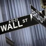 Wall Street tente un rebond à l'ouverture mardi, sous l'impulsion de résultats de sociétés meilleurs que prévu, après avoir enchaîné la veille une cinquième séance consécutive de baisse avec le nouveau coup de bambou des places chinoises qui pâtissent du ralentissement économique de la deuxième économie mondiale. Quelques minutes après l'ouverture, le Dow Jones gagne 0,3% à 17.500,32, le Standard & Poor's 500 prend 0,46% à 2.077,18 et le Nasdaq Composite avance de 0,38% à 5.059,06. /Photo prise le 24 mars 2015/REUTERS/Brendan McDermid